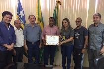 Gerente do Sesc entrega diploma ao prefeito de Floriano